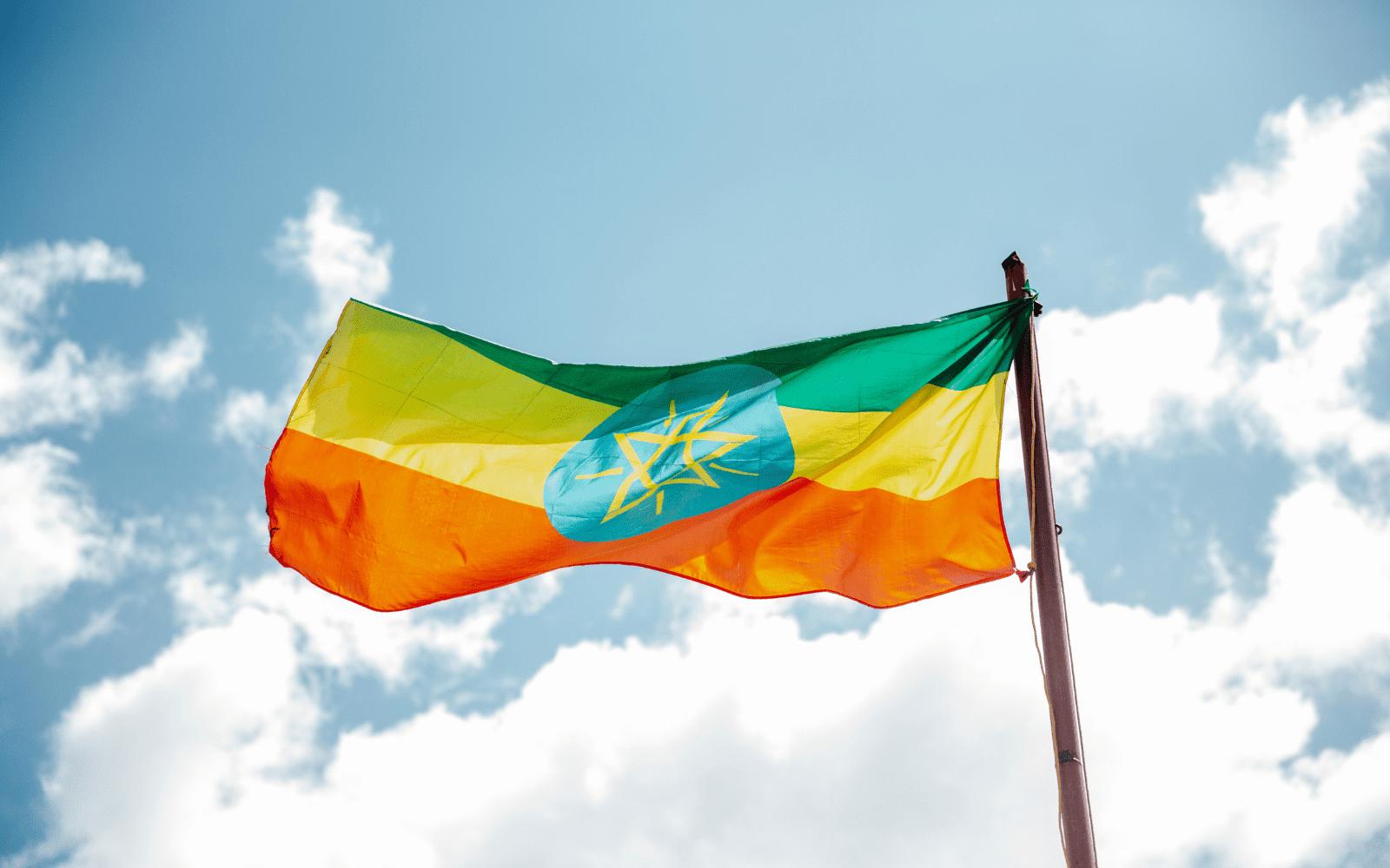 Drapeau de l'Ethiopie qui flotte dans les airs