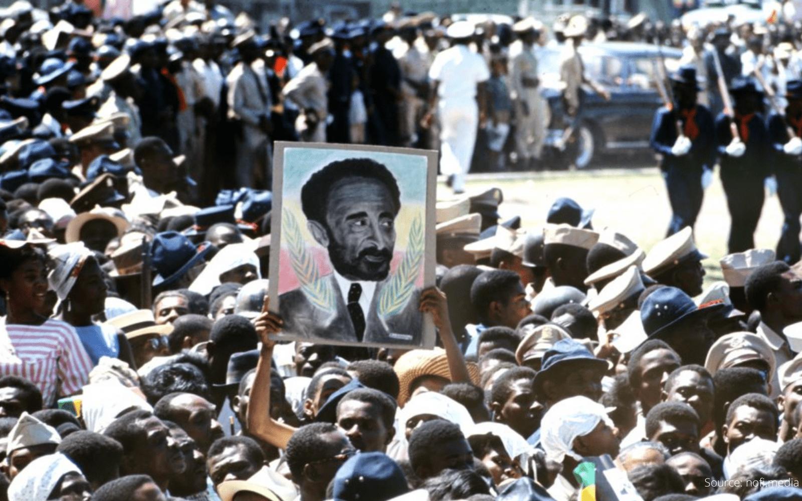 Personnes manifestant dans la rue lors de la mort de l'empereur d'Éthiopie haile selassie