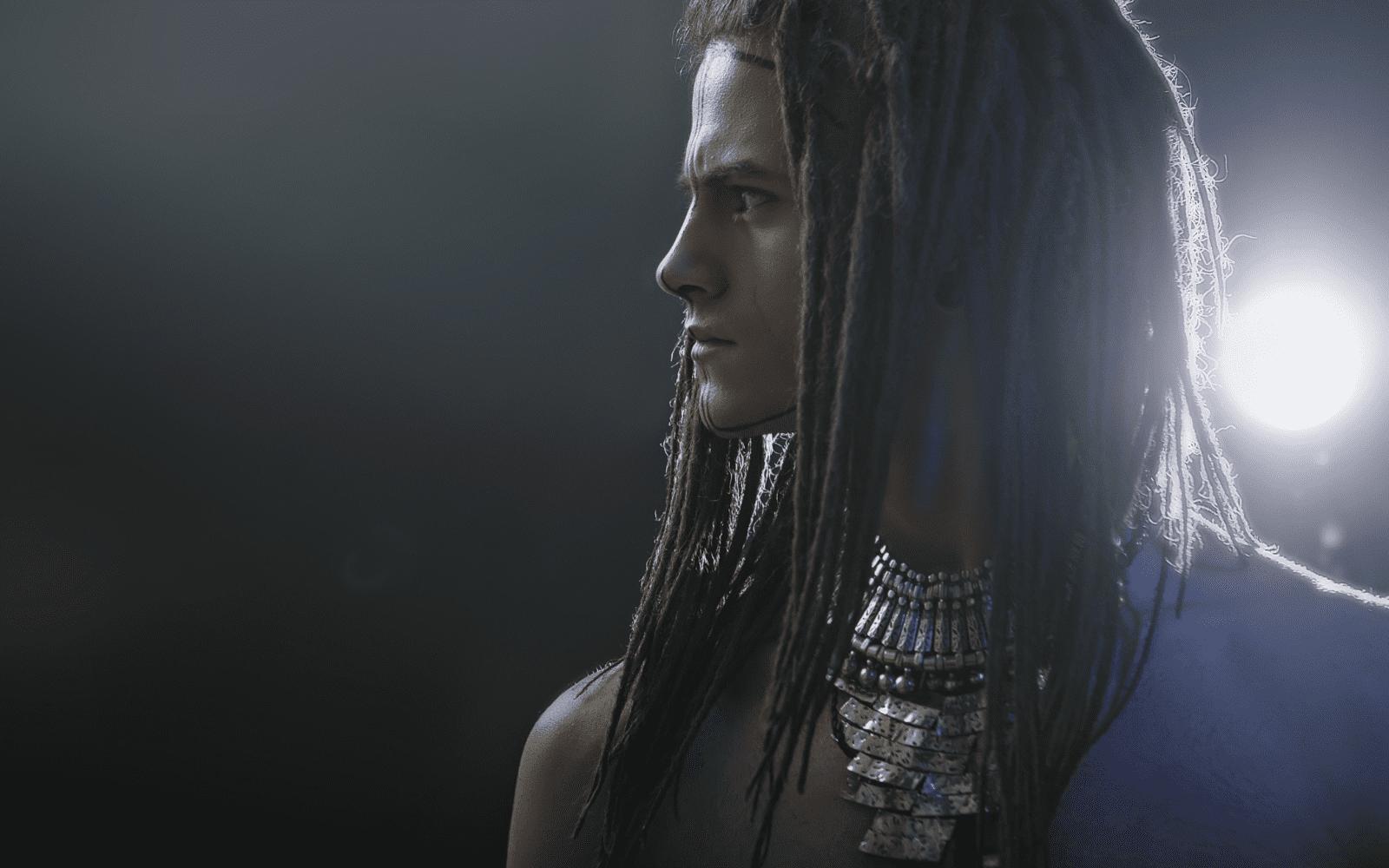 jeune egyptien portant des dreadlocks et des bijoux ancestraux