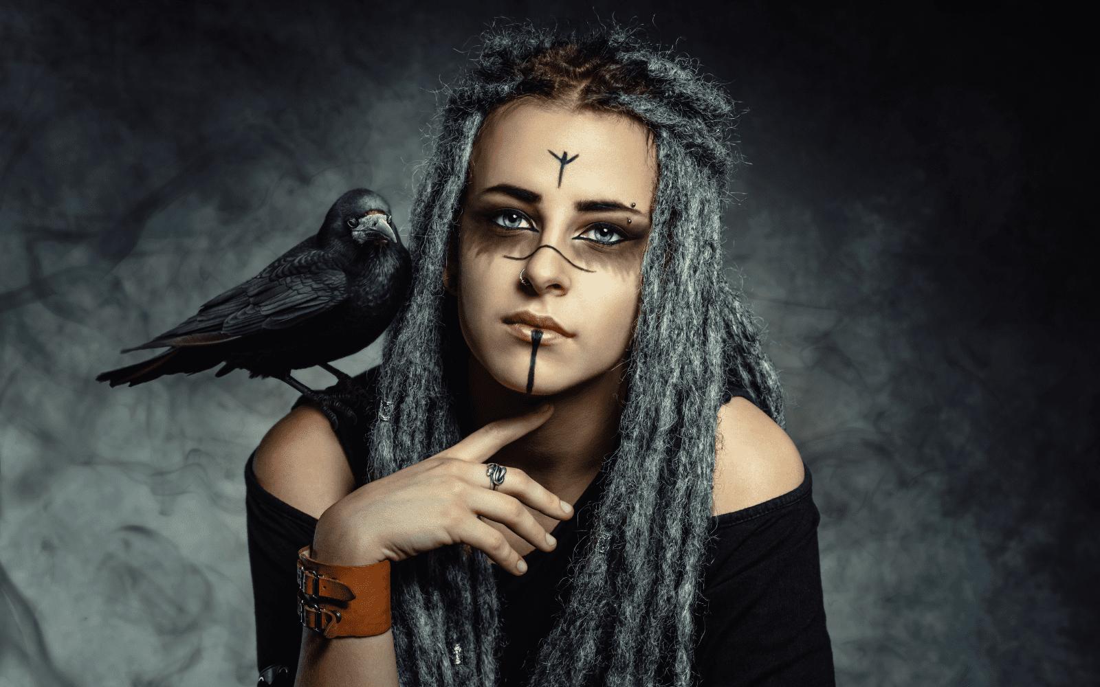 Femme Viking portant de belles dreadlocks et un corbeau sur l'epaule