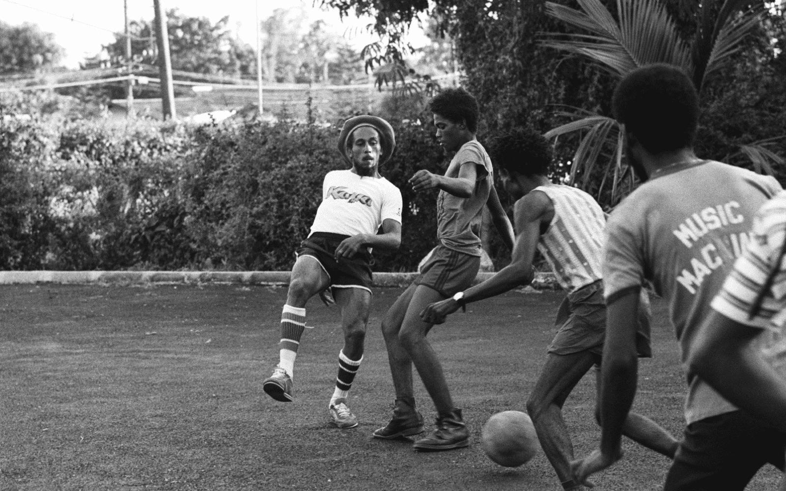 Bob Marley jouant au foot avec des amis