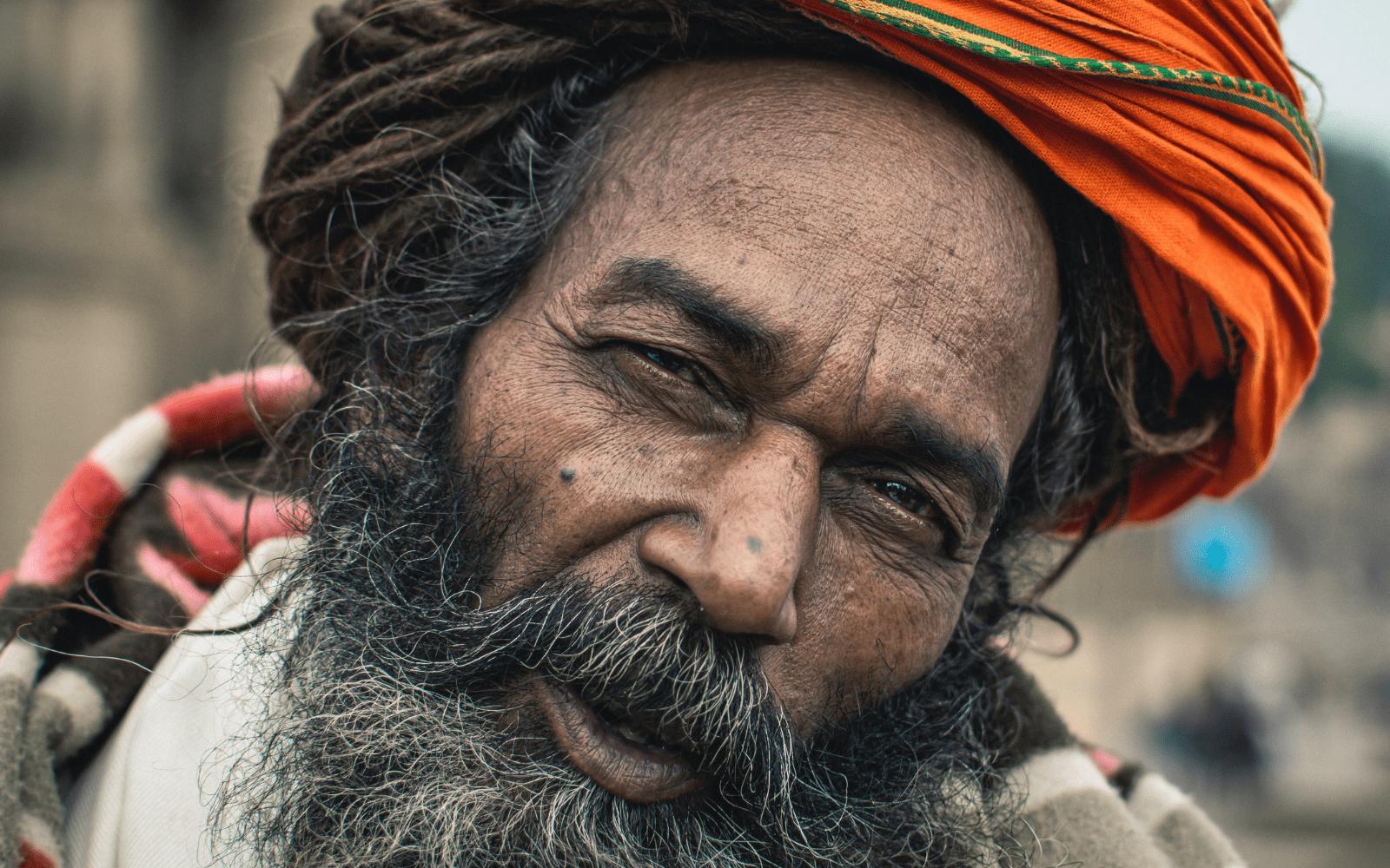 Hindou portant des dreadlocks en tenu de ceremonie