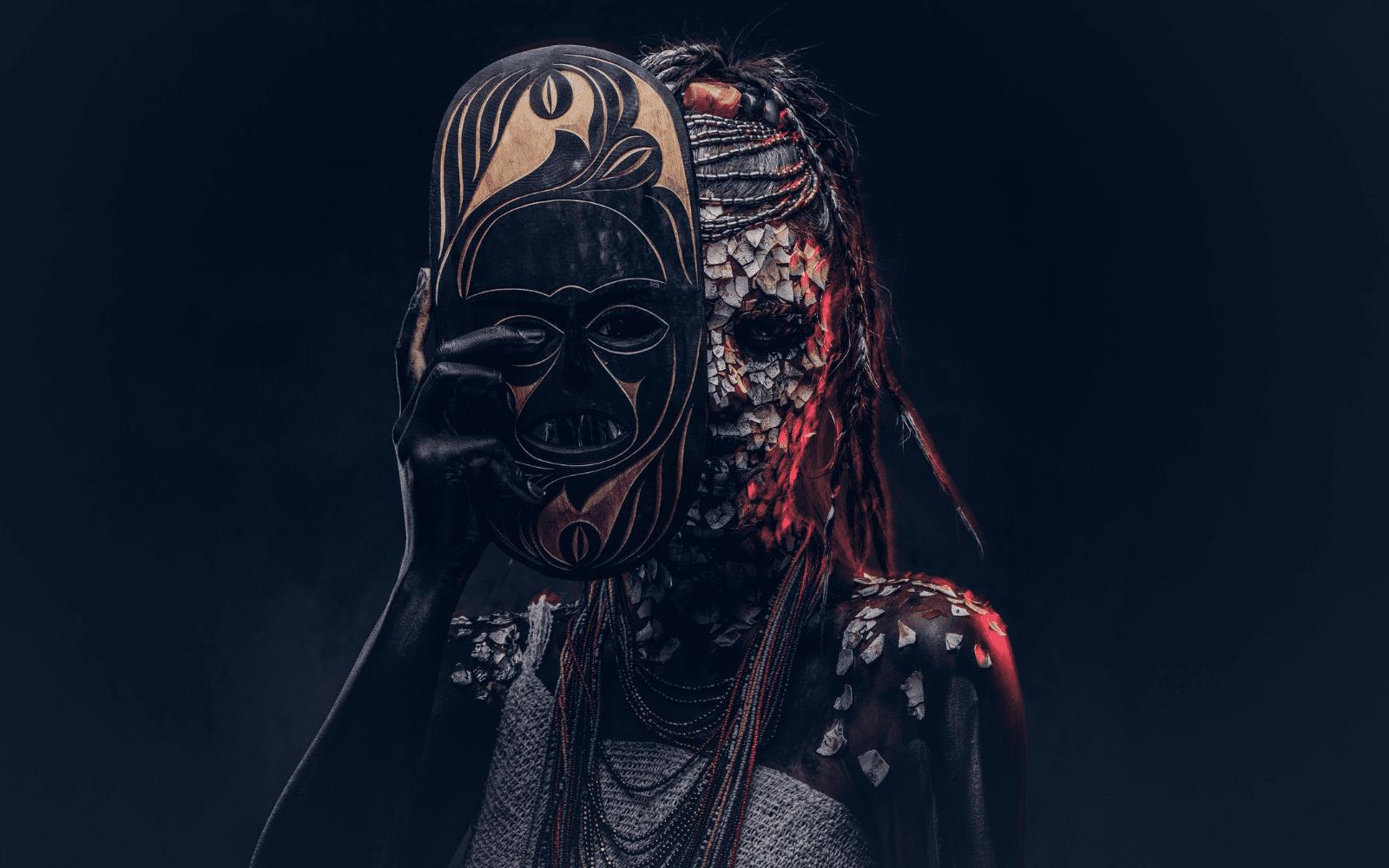 Portrait d'une sorcière d'une tribu africaine indigène, portant un costume traditionnel et des dreadlocks.