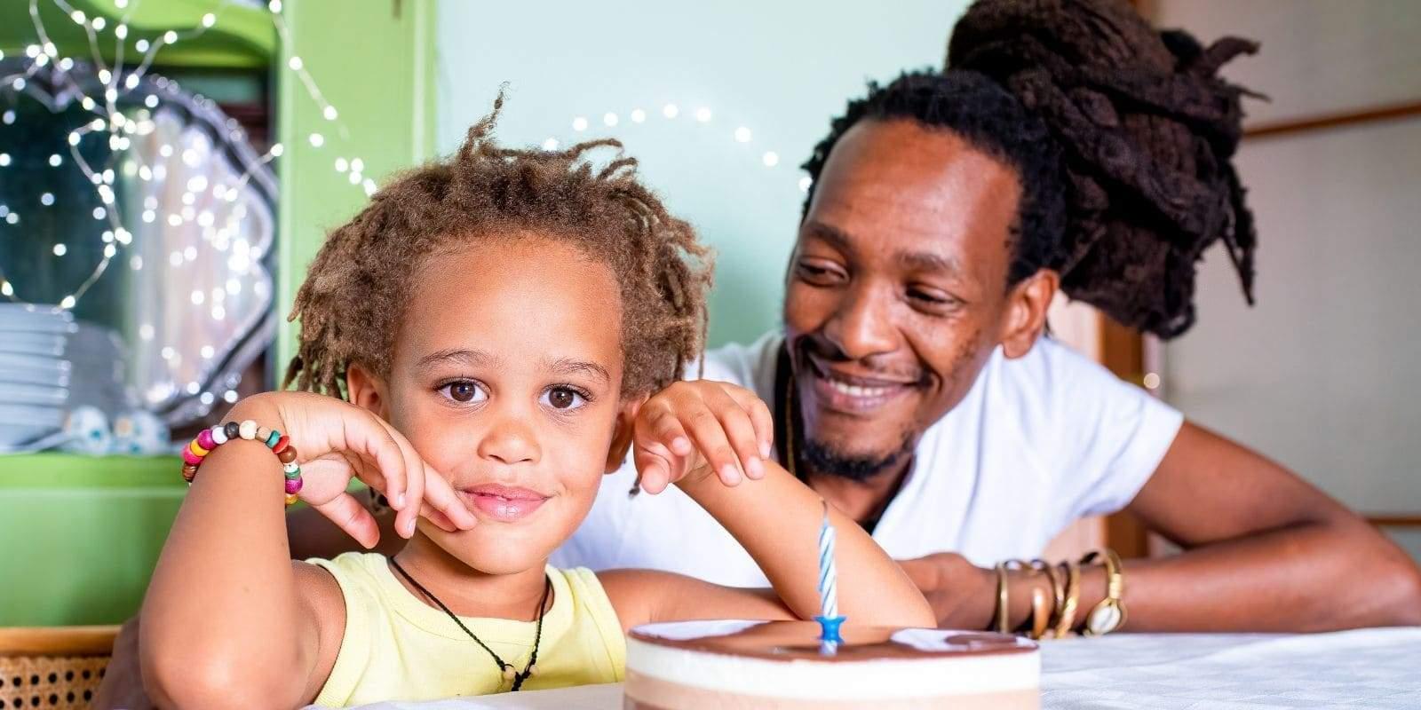 Homme avec dreadlocks celebrant anniversaire de son fils rasta