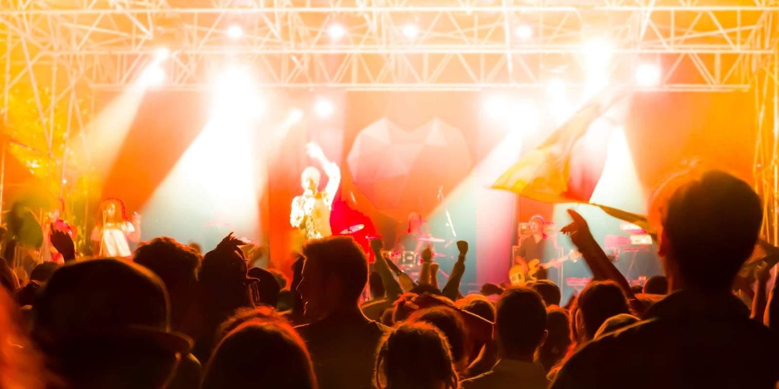 Concert de musique reggae roots avec les couleurs vertes jaunes rouges flottants dans les airs