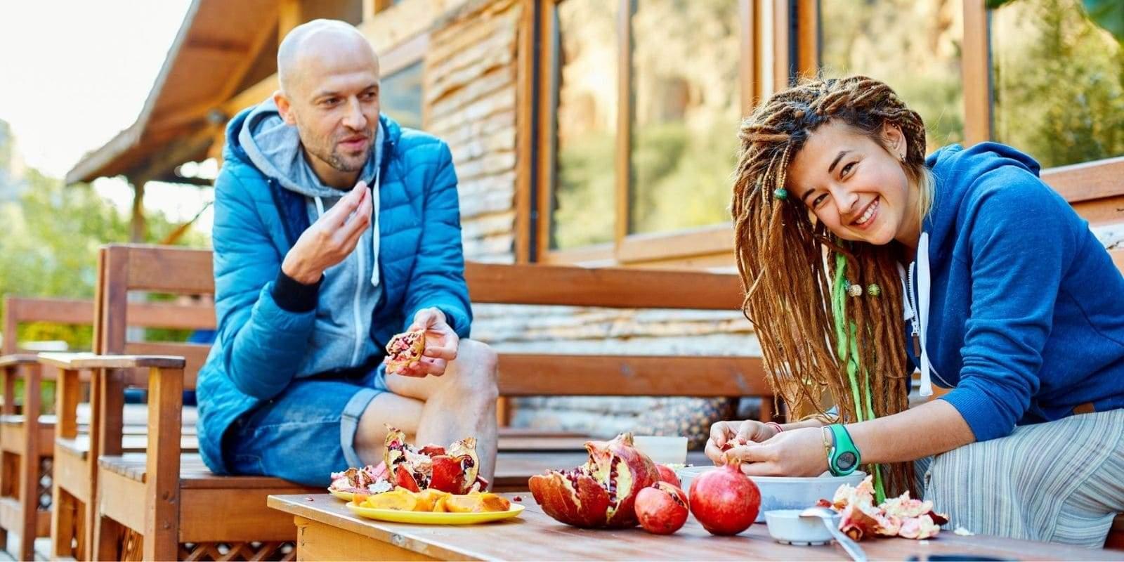 Couple fan de reggae mangeant des fruits sur leur terrasse