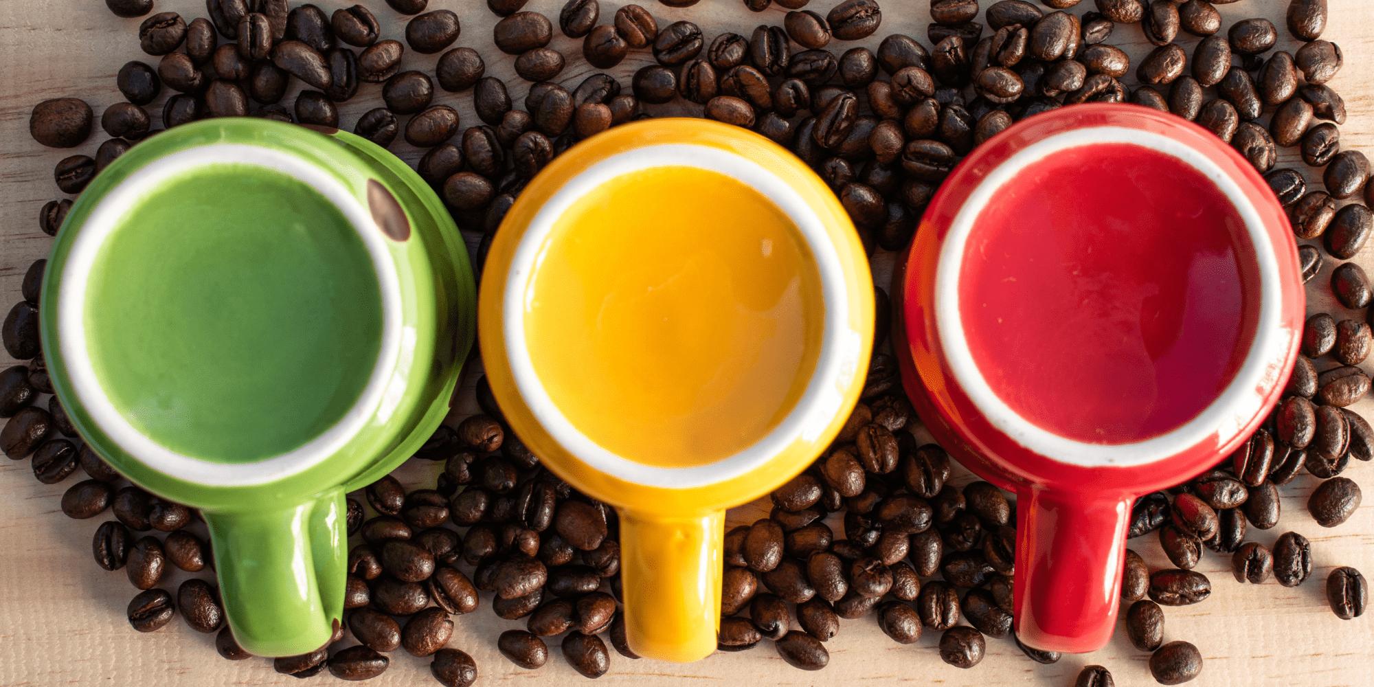 Tasses de café vert jaune rouge aux couleurs du mouvement rastafari